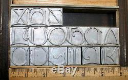 Nouvelles Initiales De Calligraph Atf 72pt + Types De Fonderie. Typographie